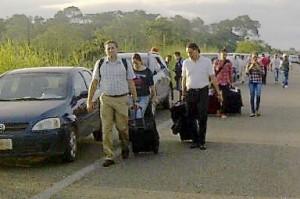 Pasajeros deben caminar 3 kilómetros para llegar al aeropuerto. Foto: Isaín Mandujano/Chiapas/Paralelo