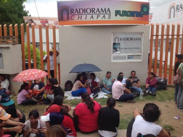 Maestros y normalistas tomaron el Grupo Radiorama en Tuxtla. Foto: Isaín Mandujano/Chiapas PARALELO
