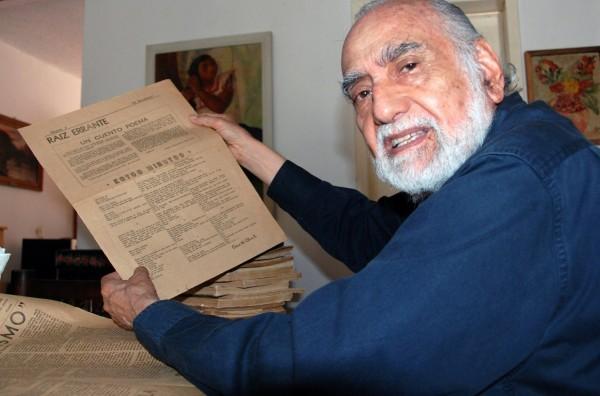 """El poeta chiapaneco Oscar Oliva Ruiz, sostiene en sus manos el diario que publico sus primero poema, """"Estos minutos"""". Foto: Mario Nandayapa/Chiapas PARALELO"""