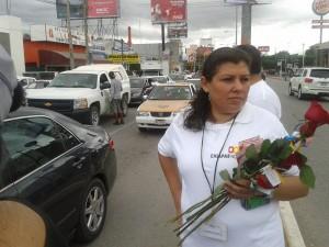 """Mujeres trabajadores de la SEDEM repartieron flores, bolsas de mandado, trípticos y """"felicitaciones"""" en el  Día Internacional de la Eliminación de la Violencia contra las Mujeres"""