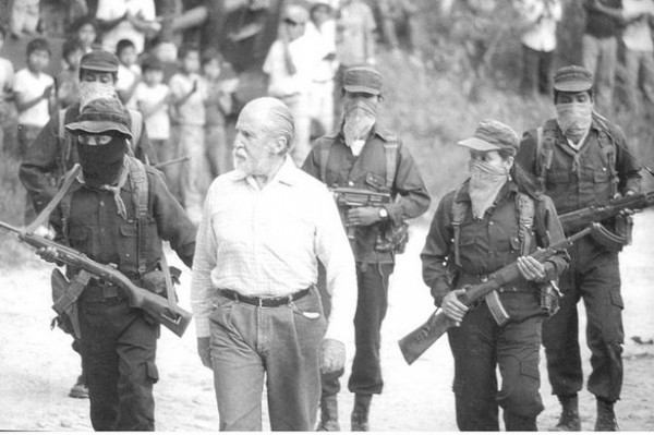 Absalón Castellanos custodiado por integrantes del EZLN. Foto: Archivo Hemeroteca de la UNAM