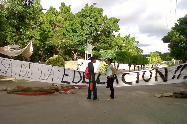 Alumnos mantienen cerradas las escuelas de educación media superior, en apoyo al movimiento magisterial. Foto: Ángeles Mariscal/Chiapas PARALELO