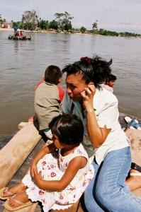 Muchas mujeres cruzan la frontera acompañadas de sus hijos. La mayoría entra en balsas por el río Suchiate. Foto: Osiris Aquino/ Chiapas PARALELO.
