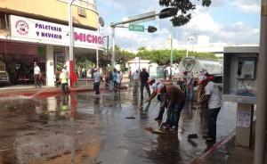 Con varias pipas de aguas lavaron el centro de Tuxtla. Foto: @GusMx2/Chiapas PARALELO