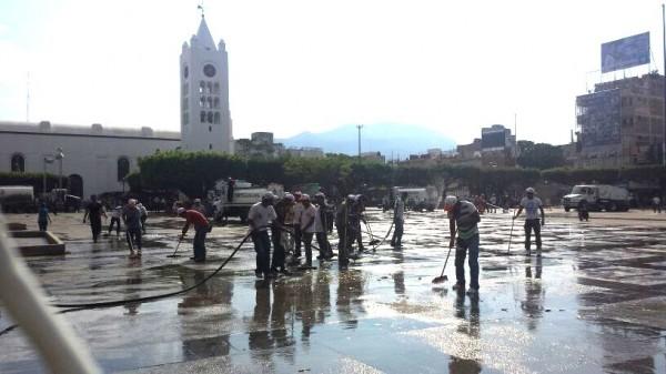 """Tras levantar el plantón magisterial, el ayuntamiento tuxtleco informó que para lavar la plancha del Parque Central """"se utilizaron 200 kilos de jabón; 200 litros de cloro; seis pipas de agua, 300 kilos de bolsas y 100 cepillos"""". Foto: @GusMx2/Chiapas Paralelo"""