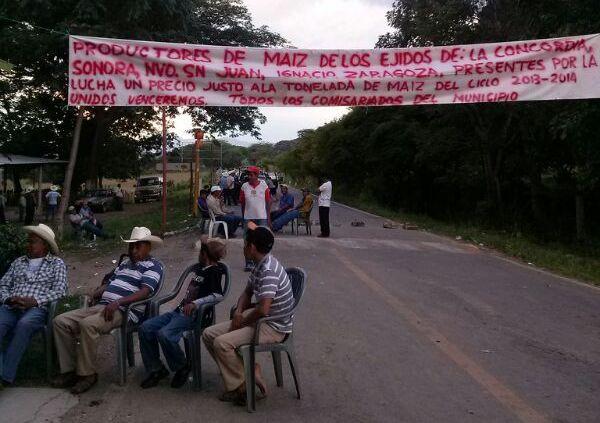 Campesinos reclaman que se les pague 5 mil pesos por tonelada de maíz y no los 2mil 600 pesos que les ofrecen. Foto: Chiapas PARALELO