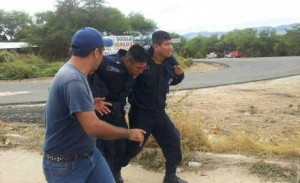 Al menos 10 policías estatales resultaron descalabrados por las piedras y palos que les lanzaron los campesinos. Foto: Cortesía