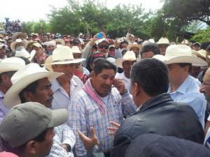 Los maiceros dialogaban con funcionarios estatales a media carretera, pero minutos después se lanzaron palos, piedras y gases lacrimógenos los labriegos y los uniformados.