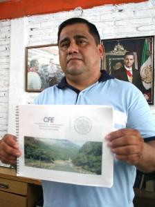 El alcalde Armando Estrada Herrera exhibe la carpeta con las especificaciones técnicas del proyecto de Chicoasén II. Foto Isaín Mandujano/Chiapas PARALELO