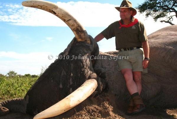 Manuel Pariente Gavito presume su trofeo de caza, el elefante más grandez cazado en Botswana desde 1996. Foto: Johan Calitz Hunting Safaris