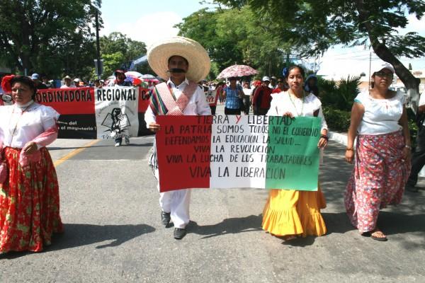 Maestros y maestras de la Sección 7 y 40 marcharon desde La Pochota hasta el Centro de Tuxtla. Foto: Isaín Mandujano/Chiapas PARALELO