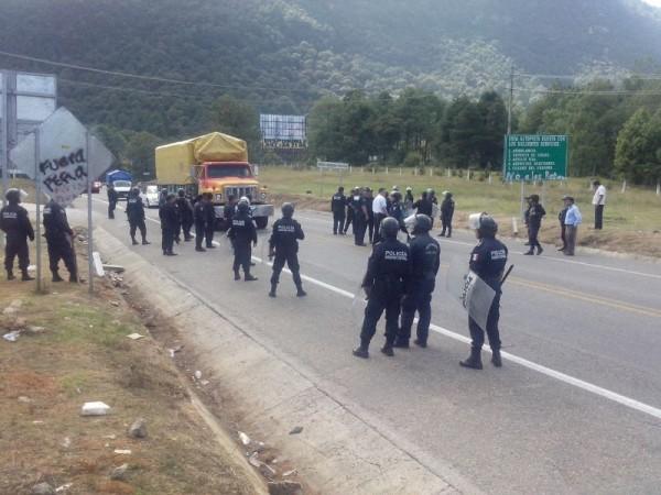 Policia impidió que jóvenes bloquearan la carretera Tuxtla-San Cristóbal: Foto: Carlos Herrera