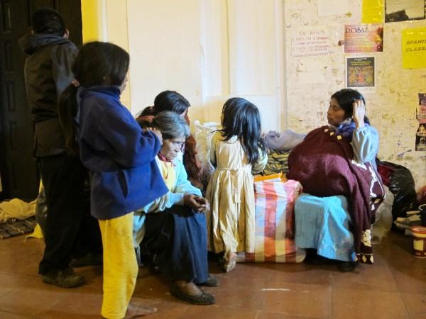 Encabezada por una señora de 85 años de edad, las indígenas tuvieron un conflicto interno entre desplazados, quienes las obligaron a abandonar el albergue donde se encontraban desde el 31 de octubre pasado. Foto: Emiliano Hernández