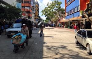 Trabajadores del Ayuntamiento recogen toda la basura en carretillas. Foto: @Esqurlas/Chiapas PARALELO