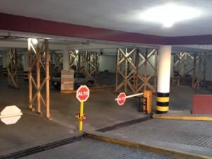 Parte baja de la Plaza de la Paz. Apuntalada con madera por los daños estructurales.