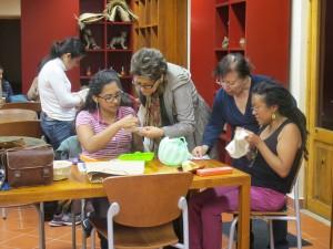Aprendiendo a bordar. Foto: Amalia Avendaño