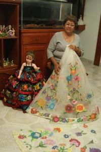 La artesana con parte del vestido de novia. Foto: Damaris Disner/ Chiapas PARALELO.