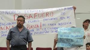 Habitantes de Acalá se manifiestan durante la sesión de ordinaria de ayer.