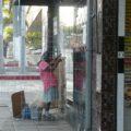 Doña Milita se prepara para pasar otra noche a la intemperie. Foto: Chiapas PARALELO
