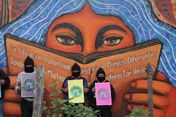 El EZLN tienen en las comunidades donde habitan sus bases de apoyo, un sistema de gobierno y desarrollo paralelo, que incluye centros educativos autónomos. Foto: Archivo