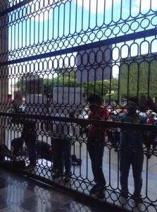 Ciudadanos, que están en contra de la reforma energética, se manifestaron en el Congreso del Estado. Foto: Gabriela Coutiño/ Chiapas PARALELO.