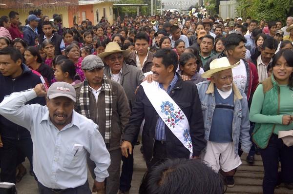 El maestro indígena bilingue, Alberto Patishtán Gómez llegó el domingo a el Bosque, el pueblo donde fue detenido hace 13 años y cinco meses. Foto: Isaín Mandujano/Chiapas PARALELO