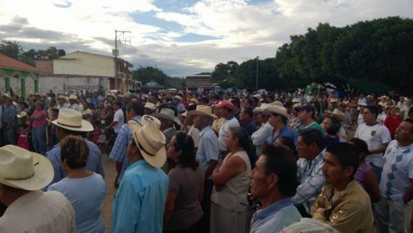 Miles de campesinos, hombres y mujeres, reclaman la destitución del alcalde de El Parral, Ramiro Antonio Ruiz González por su mala administración municipal. Foto: Cortesía/Chiapas PARALELO