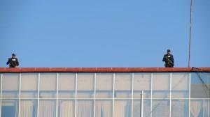 En la azotea del edificio Plaza se podían observar policías armados. Foto: Sandra de los Santos/ Chiapas PARALELO.