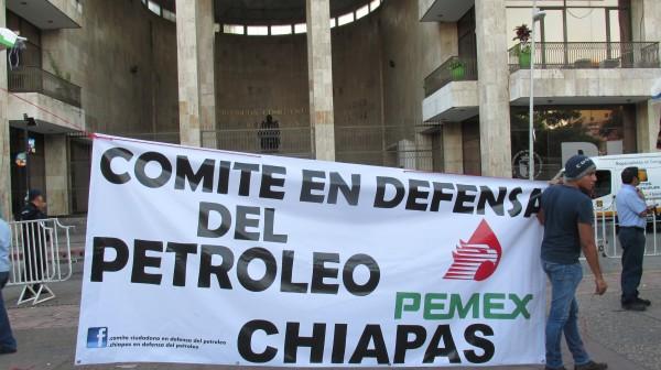La movilización se hizo frente al Congreso Local, que se mantenía resguardado por vallas y policías. Foto: Sandra de los Santos/ Chiapas PARALELO.