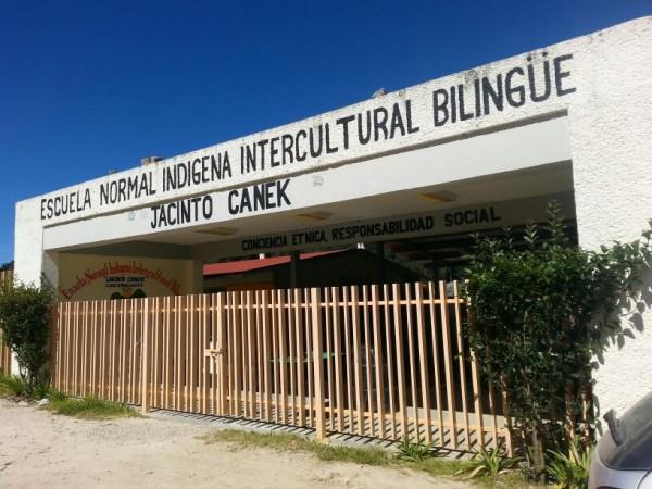 Alumnos de la Normal Jacinto Canek entregaron las instalciones. Foto: Amalia Avendaño