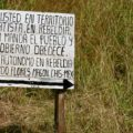 En los territorios zapatistas las y los habitantes colocan este tipo de carteles. Este letrero está ubicado a la entrada de una comunidad en la Selva Lacandona, Foto: Ángeles Mariscal/Chiapas PARALELO
