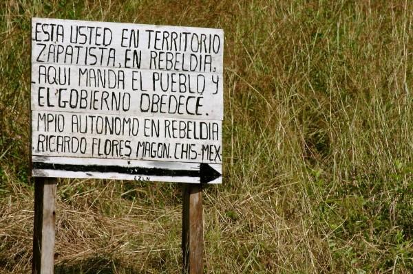 Letrero ubicado a la entrada de una comunidad en la Selva Lacandona, Foto: Ángeles Mariscal/Chiapas PARALELO