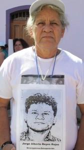 La foto de Socorro Rojas Dávila con la fotografía de su hijo en el pecho fue difundida en las redes sociales y en varios medios locales. Foto: Sandra de los Santos/ Chiapas PARALELO.