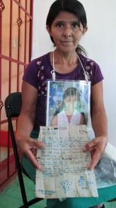 Lidia Diego conserva la última carta que recibió de su hija. Foto: Sandra de los Santos/ Chiapas PARALELO.
