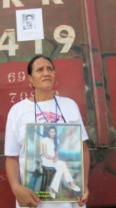 En los vagones del tren de carga pegaron las fotografías de sus hijas e hijos desaparecidos. Foto: Sandra de los Santos/ Chiapas PARALELO.