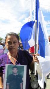 Cargando la bandera de su país, las mujeres buscan a sus familiares desaparecidos. Foto: Sandra de los Santos/ Chiapas PARALELO.