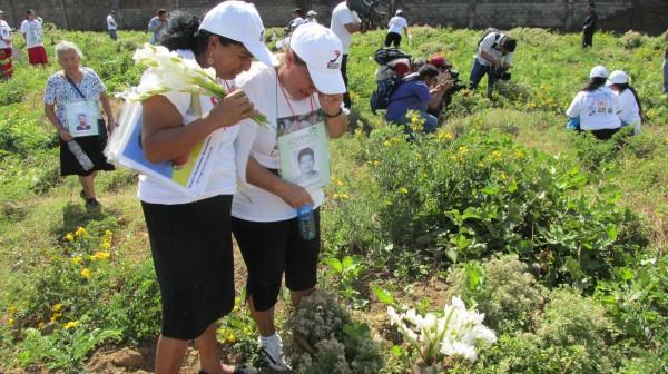 Bajo los matorrales, en donde las madres centroaméricas, depositaron ayer flores están enterrados los cuerpos de migrantes, que no fueron identificados. Foto: Sandra de los Santos/ Chiapas PARALELO.