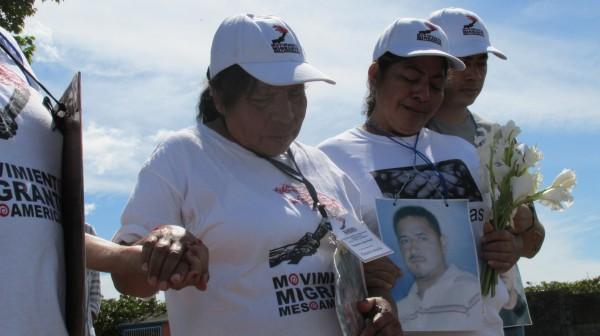 Las madres de las y los desaparecidos oraron en la fosa común. Foto: Sandra de los Santos/ Chiapas PARALELO.