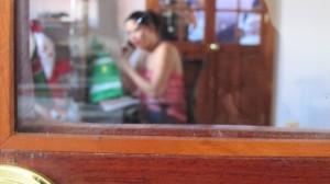 Doris habló por teléfono con su madre en un área privada del Centro de Derechos Humanos Fray Matías de Cordova. Foto: Sandra de los Santos/ Chiapas PARALELO.