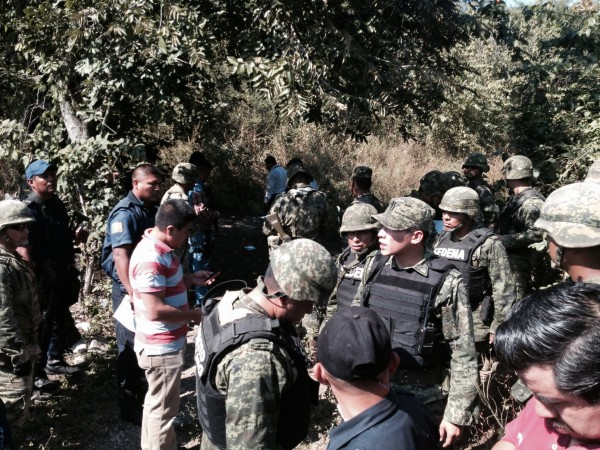 Militares y policías resguardan la zona donde se encontró los cuerpos de la familia guatemalteca. Foto: Fredy Martín Pérez