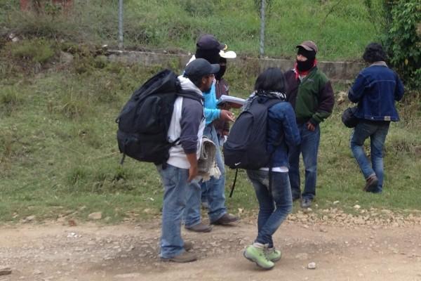 Zapatistas reciben a estudiantes que asisten a sus comunidades. Foto: Amalia Avendaño