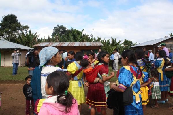 Hombres, mujeres y niños indígenas evangélicos retornaron a su comunidad tras casi tres años de permanecer deslazados. Foto: Cortesía/Chiapas PARALELO