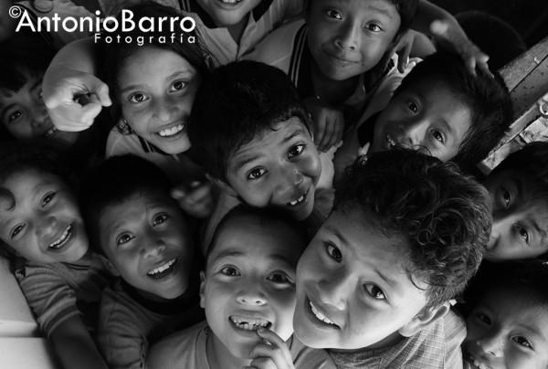 El fotógrafo Antonio Barro, desde el 2005, recorre la franja fronteriza comiteca para captar la alegría e inocencia de los niños.