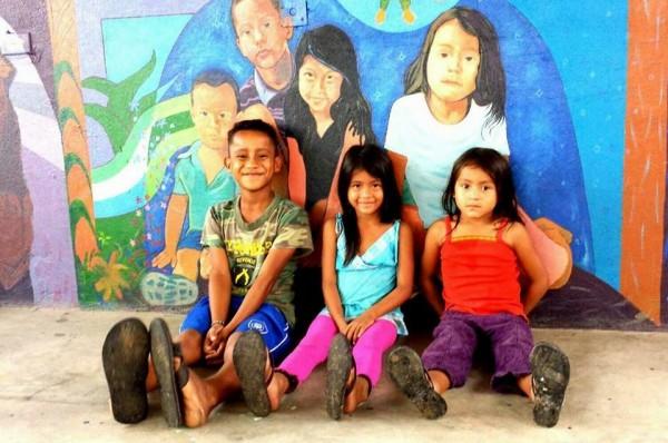 Niños hijos de padres y madres migrantes centroamericanos, pernoctan en el Albergue La 72 de Tenosique, Tabasco, fundado por el padre Fray Tomás. Atrás de ellos un mural del artista plástico chiapaneco de la etnia zoque, Saúl Kak. Foto: Jesús Robles Maloof