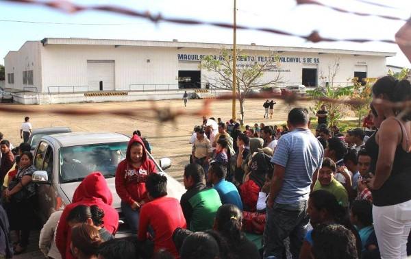 Más de 350 comitecos se quedaron sin empleo, luego que la Maquiladora de Fomento Textil Yalchivol, se declarara en bancarrota. Foto Jose David Morales Gómez/Chiapas PARALELO