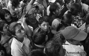 El blanco y negro es el mejor estilo en que Antonio Barro congela esos momentos de la niñez de Chiapas.