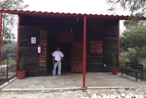 """Sergio Álvarez es el fiel guardian de las mascotas que descansan en el camposanto """"Cannino al Cielo"""", en la imagen posa junto al crematorio. Foto: Isaín Mandujano/Chiapas PARALELO"""