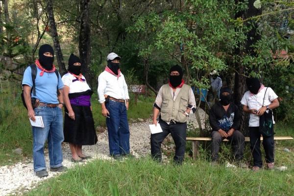 Comandantes del EZLN en la organización de la llegada y salida del tercer grupo de integrantes de la Escuelita Zapatista por la Libertad. Foto: Isaín Mandujano/Chiapas PARALELO