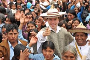 Gobernador Manuel Velasco posando para la foto en evento con indígenas. Foto: Icoso