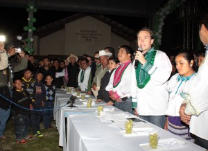 Manuel Velasco lleva 12 uvas para pedir 12 deseos, en la comunidad indígena de Las Margaritas. Foto: Icoso